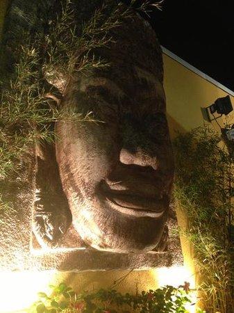Restaurante Classica Gourmet: huge Buddha artwork outside