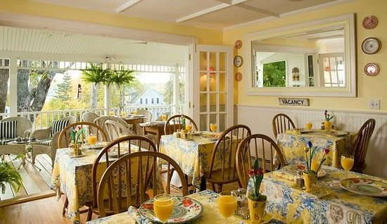The Harbour Cottage Inn: Dining room open to the front porch