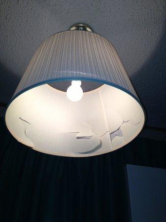 Caprice Motor Inn Branson: Broken lamp shades