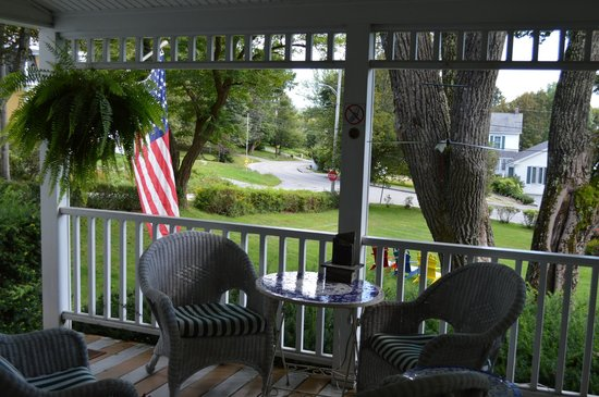 The Harbour Cottage Inn: Our beautiful front porchh
