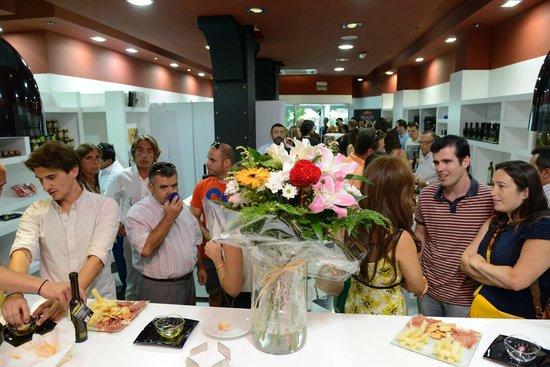 Las Aceiterias: Atmosphere at a tasting