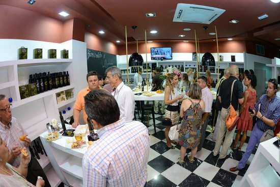 Las Aceiterias: Atmosphere at a tasting.
