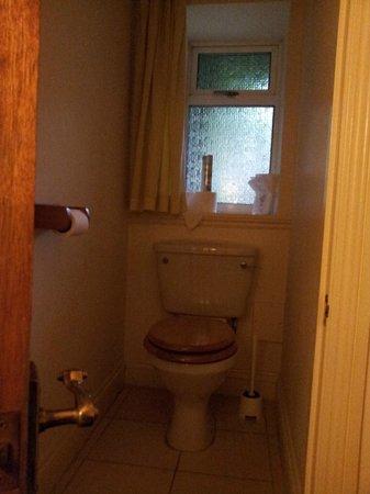 Dee & Steve's B&B: Toilette (Nebenraum zu Bad)