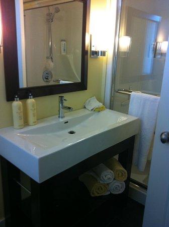 Avanti B&B: Yellow room bathroom