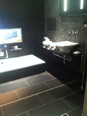 Le Monde Hotel Edinburgh: Tokyo bathroom