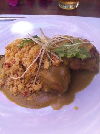 Claxon: Contramuslo de pollo con cuscus de piña y cilantro y salsa de curry