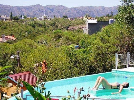 Morada La Silvestre Cabañas: Piscina con hidromasaje. Espectacular vista a las sierras