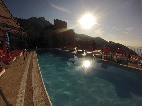 Maristel Hotel: Piscine & vue extérieure