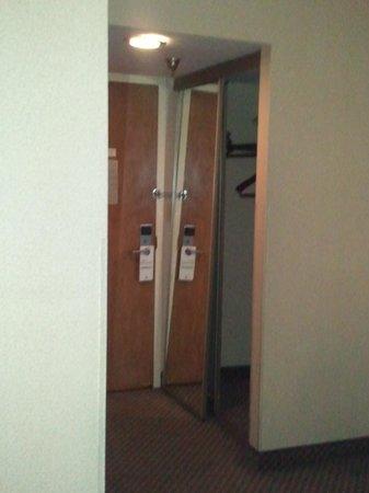 Holiday Inn Somerset-Bridgewater: closet door off the tracks