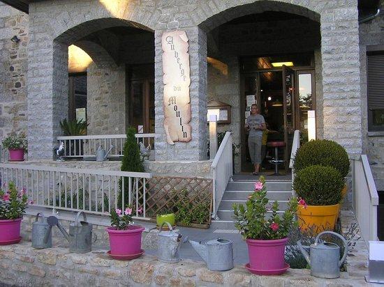 Auberge du Moulin: l'entrée ou long peut prendre un verre