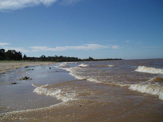 Playa Ferrando: En se tournant à l'Est vers Montevideo, du sable fin, une eau marron mais propre et personne en
