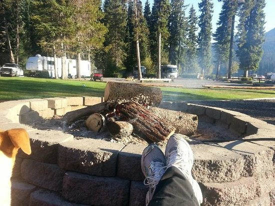Shelter Cove Resort & Marina : Morning coffee at the fire pit.