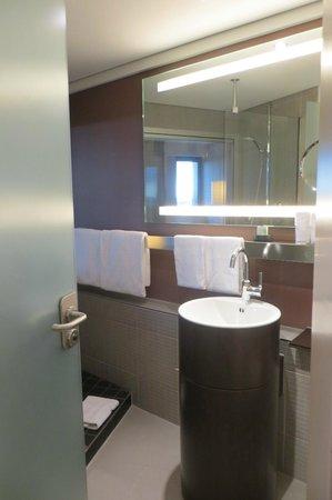 Movenpick Hotel Hamburg: Lovely bathroom with big shower