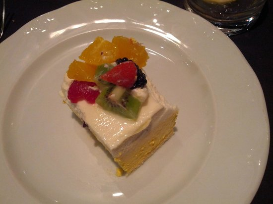 L'Escola: Dessert (mango and white chocolate pie)