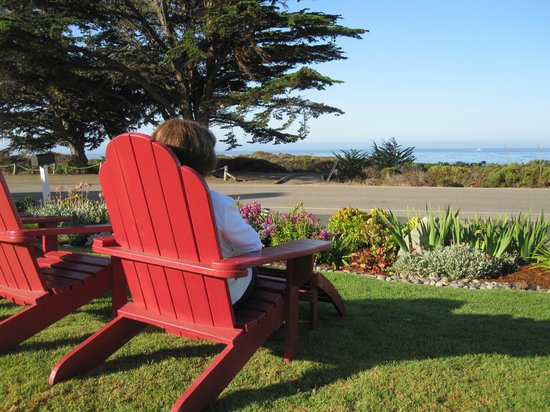 Castle Inn: Nice place to sit and watch the ocean right out front
