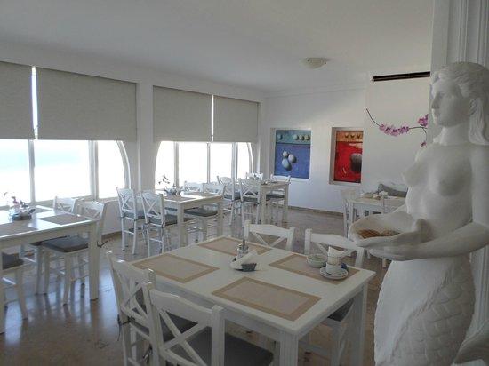 Hotel Gorgona : Desayuno servido aquí. Blanquísimo y bonitas vistas