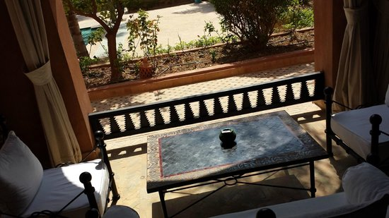 Palais Aziza & Spa: Outside of my room with a table and sofas