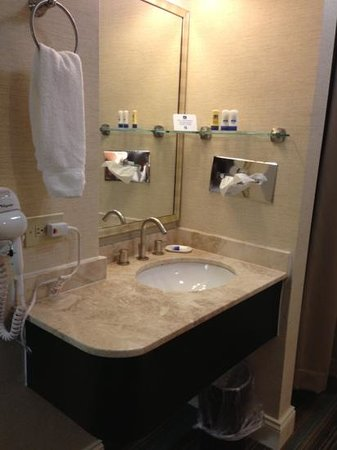 Best Western Queens Gold Coast: sink area (outside bathroom where shower and toilet is located)