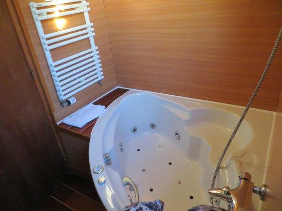 Hotel De La Mer : baignoire balnéo