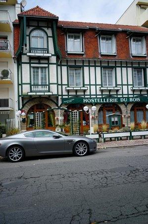 Hostellerie du Bois : La façade, patrimoine de La Baule et notre voiture, patrimoine de l'industrie automobile anglais