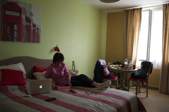 Hostellerie du Bois : Dans la chambre, un peu d'internet...