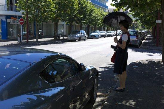 Hostellerie du Bois : Devant l'hôtel ma femme et notre voiture...