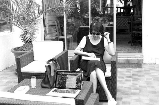 Hostellerie du Bois : Ma femme dans le jardin, en Wi-Fi