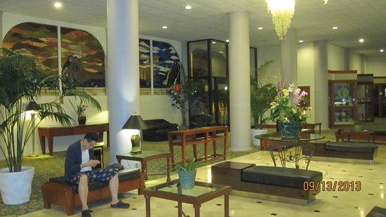 Waikiki Resort Hotel: Hotel Lobby
