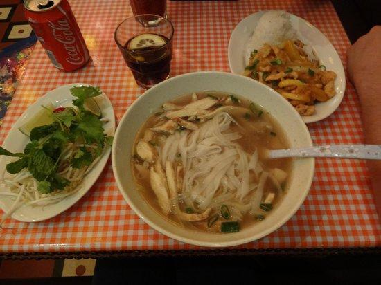 Bun Bo Vietnam: Pho Suppe mit Huhn, daneben Curry mit Mango