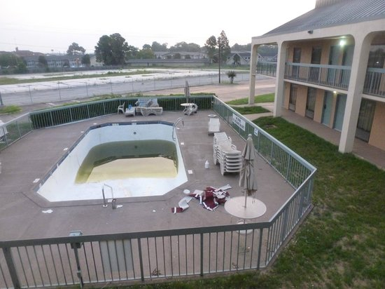 Quality Inn & Suites: pool condition during visit