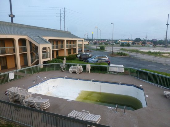 EconoLodge Inn & Suites: view of pool from rooms