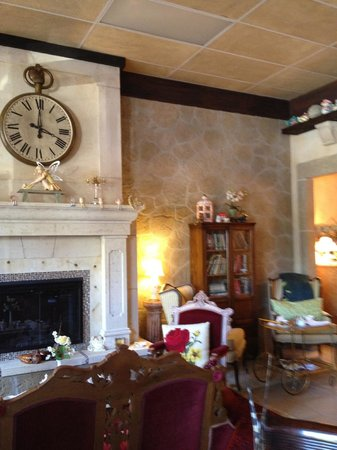 Tudor Rose English Tea Room: Baronial estate?