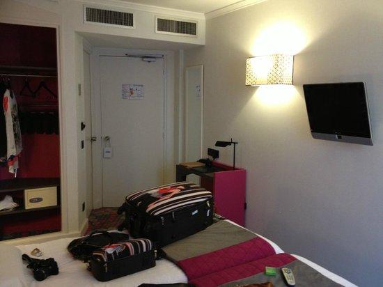 Hotel Eiffel Capitol : quarto com duas camas de solteiro