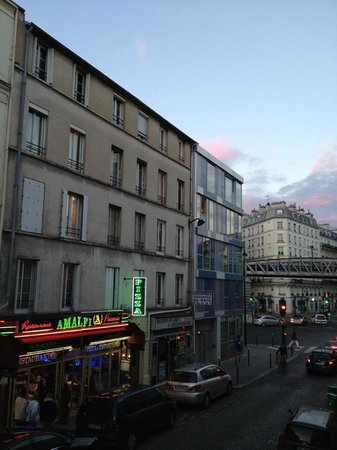 Eiffel Capitol Hotel: vista da Rua Viala