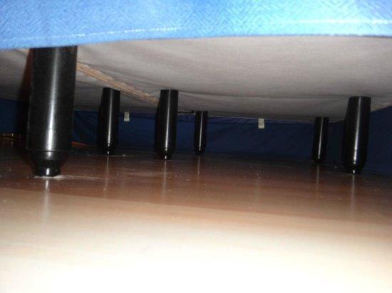 NH Hesperia Barcelona del Mar: poussière sous le lit