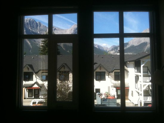 Sunset Resorts Canmore: view of the mountains out the window