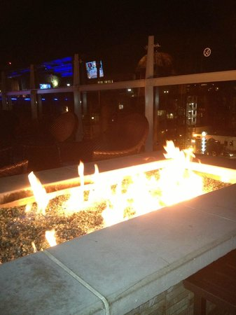 Hotel Indigo San Diego Gaslamp Quarter: Firepit in rooftop lounge