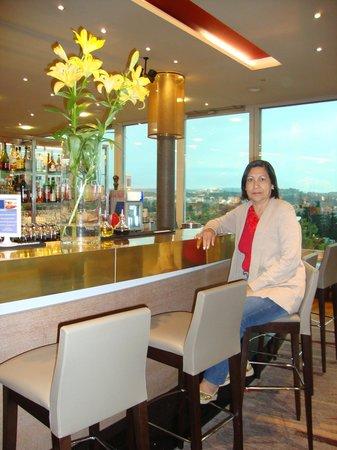Hilton Zurich Airport: Mamãe curtindo o Bar do Hotel.