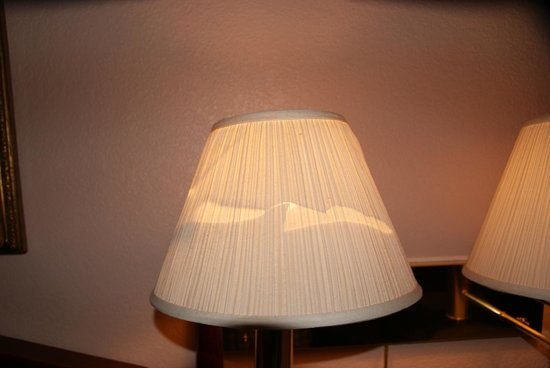 Urbana Inn & Suites : lamp shde in room above bed