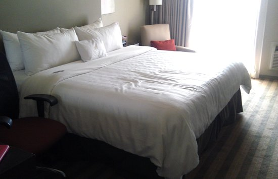Crowne Plaza Chicago - The Metro: Comfy bed