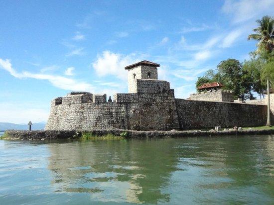 Castillo de San Felipe de Lara: Vista desde Rio Dulce