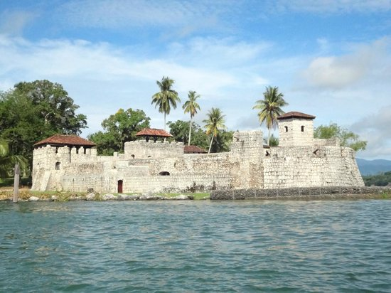Castillo de San Felipe de Lara: Vista desde el Lago de Izabal