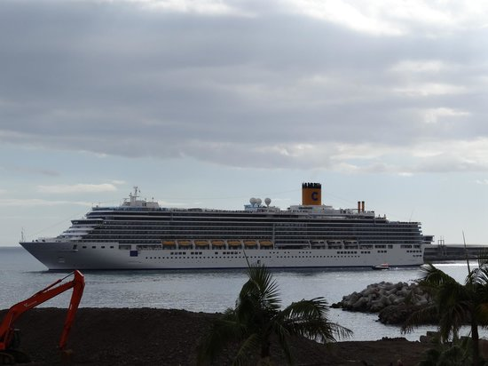 Porto Santa Maria Hotel: Cruise ship leaving harbour