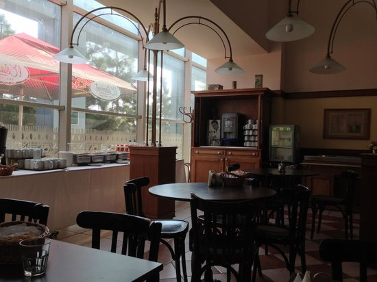 Ibis Bucuresti Gara de Nord: Dining Area and Slight View of the Terrace