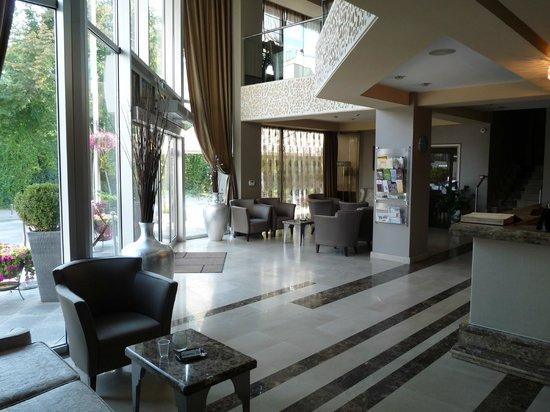Queen's Hotel Skopje: Reception