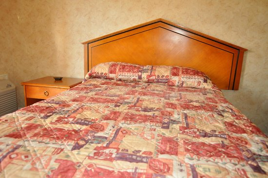At 9 Motel: one bed queen room