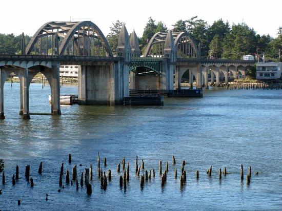 Siuslaw River Bridge: Siuslaw Bridge from the south