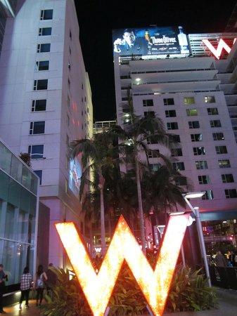 Hilton Garden Inn Los Angeles/Hollywood : l'hotel depuis la rue