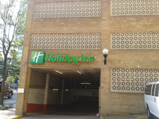 Holiday Inn Rosslyn @ Key Bridge: Entrada parqueadero