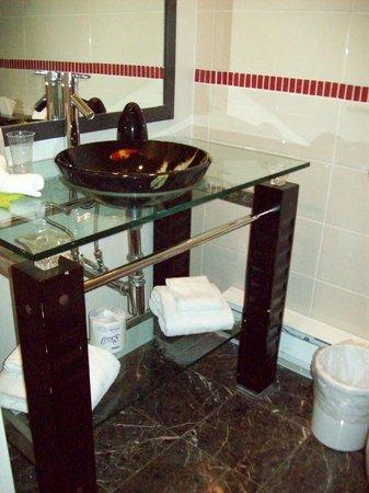 Le Champlain Hotel: bathroom